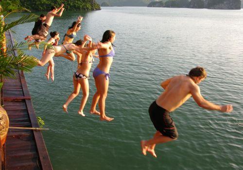 Bơi trên vịnh Hạ Long