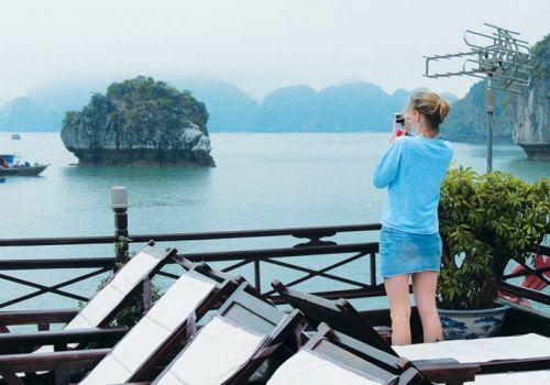 Ngắm vịnh Hạ Long trên boong tàu