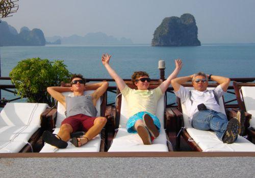 Thư giãn trên boong tàu