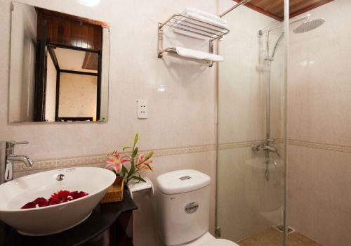 Golden Lotus Junk - Bathroom